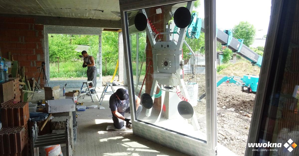 Montaż dużych okien w domu jednorodzinnym
